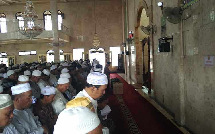 Ratusan jemaah saat mensholatkan jenazah HM Sadri Arsyad yang meninggal saat mengimami Sholat Jumat.