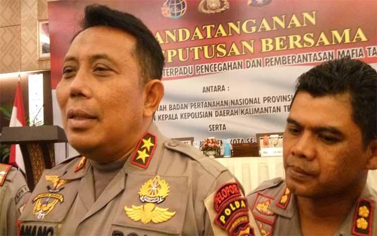 Kapolda Kalteng Irjen Pol Anang Revandoko didampingi Kabid Humas Polda Kalteng Kombes Hendra Rochmawan
