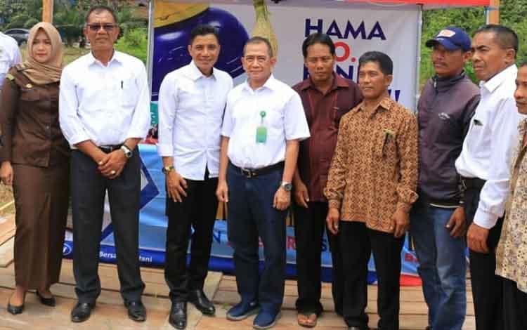 Bupati Kotim Supian Hadi saat berfoto bersama dengan sejumlah warga Kecamatan Kota Besi, dan juga jajaran pemerintah Kotim.