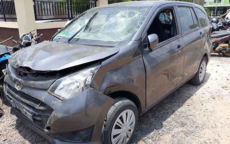 Mobil yang sempat jadi sasaran emosi warga usai bertabrakan yang mengakibatkan dua orang meninggal ini diamankan di Polres Kapuas, Kamis (4/10/2018)