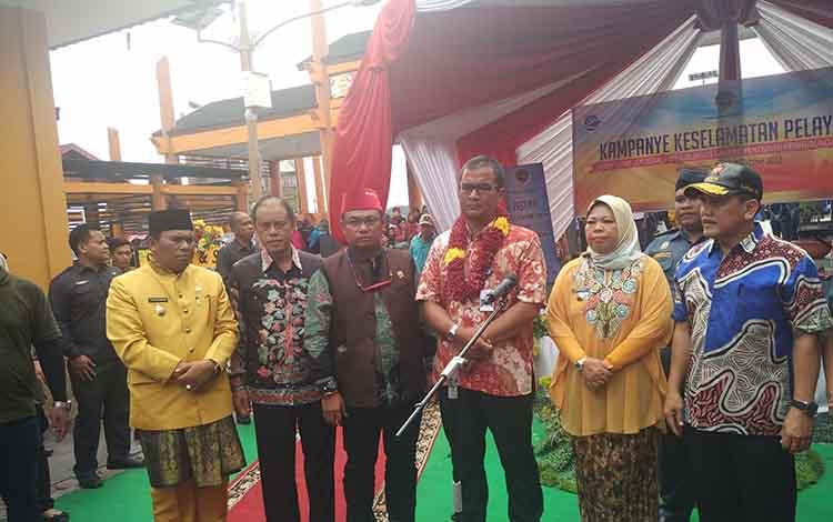 Direktorat Jendral Perhubungan Laut Kementrian Perhubungan Raden Agus H Purnomo bersama Bupati Kobar Hj Nurhidayah saat diwawancarai sejumlah wartawan.