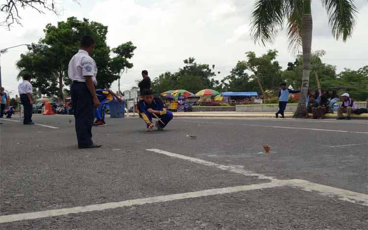 Seorang peserta saat mengikuti lomba balogo di Taman Segitiga Pangkalan Bun