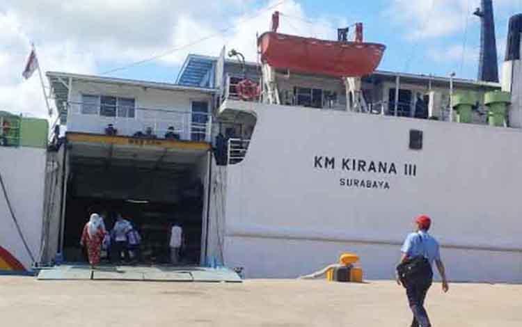KM Kirana III bersandar di Pelabuhan penumpang Sampit