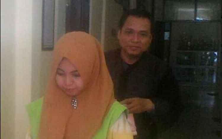 Yuli dibawa masuk ke dalam ruang sidang di Pengadilan Negeri Palangka Raya