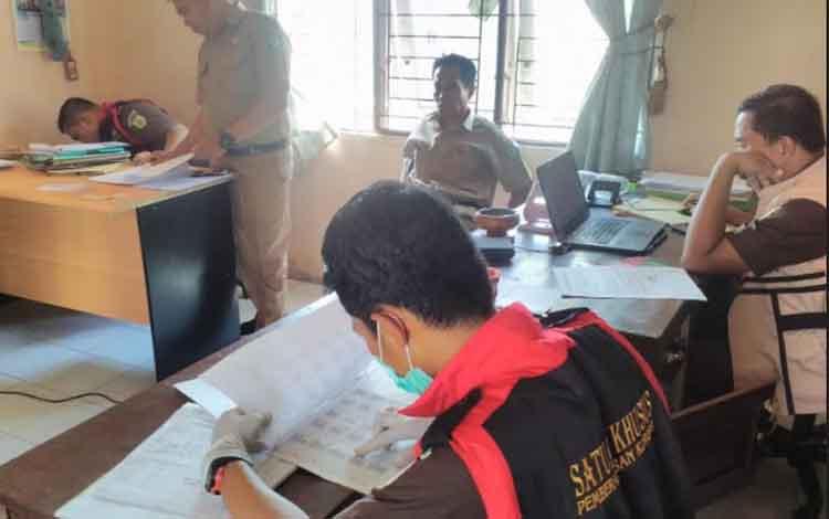 Penggeledahan oleh Kejaksaan Negeri Kotim di kantor desa.