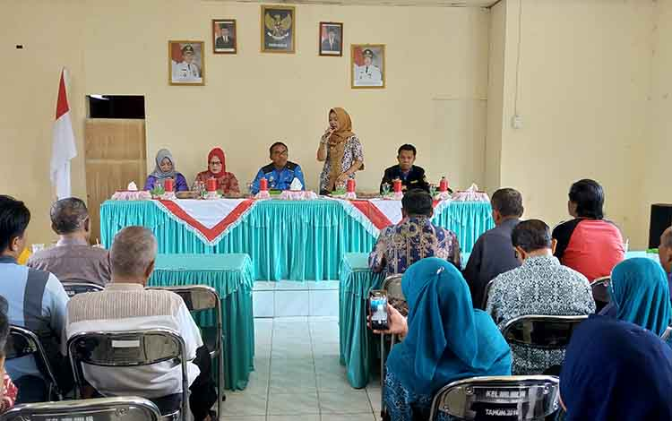 Silaturahim Camat MB Ketapang Sutimin bersama masyarakat di Kelurahan Mentawa Baru Hilir.