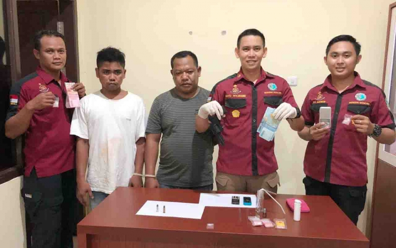 Kasubdit II Kompol Bayu Wicaksono (dua dari kiri) bersama anggotanya menunjukan barang bukti dan dua tersangka sabu, Kamis (11/10/2018).