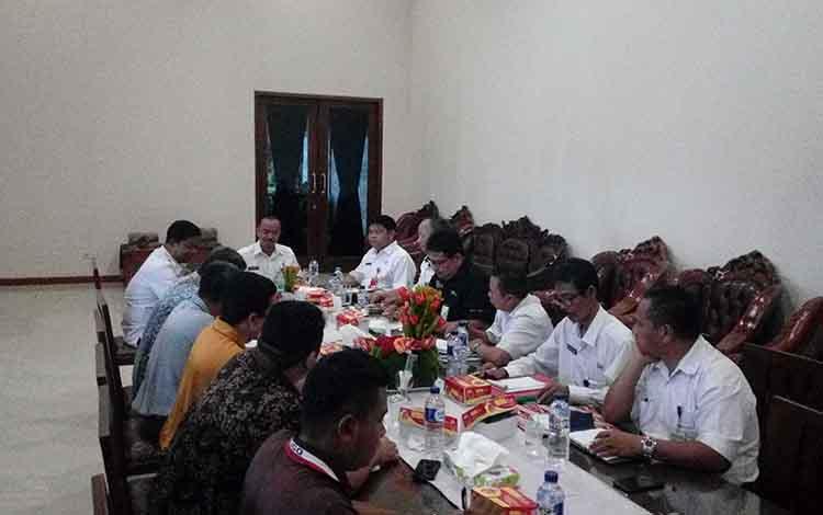 Rapat membahas pembangunan jalan bersama PBS di Rujab Bupati Seruyan.