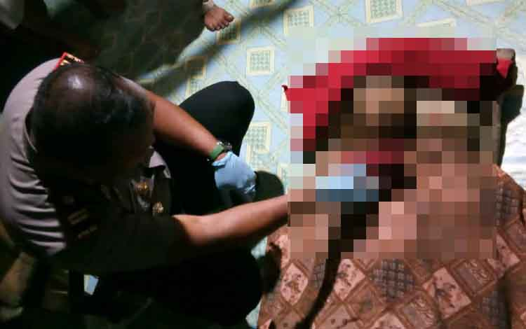 Kapolsek Cempaga Hulu Iptu AA Rachmat sedang memeriksa kondisi jasad korban gantung diri
