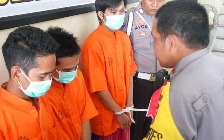 Kapolres Palangka Raya AKBP Timbul Rein Krisman Siregar mengintrogasi tiga orang budak sabu, Kamis (11/10/2018).