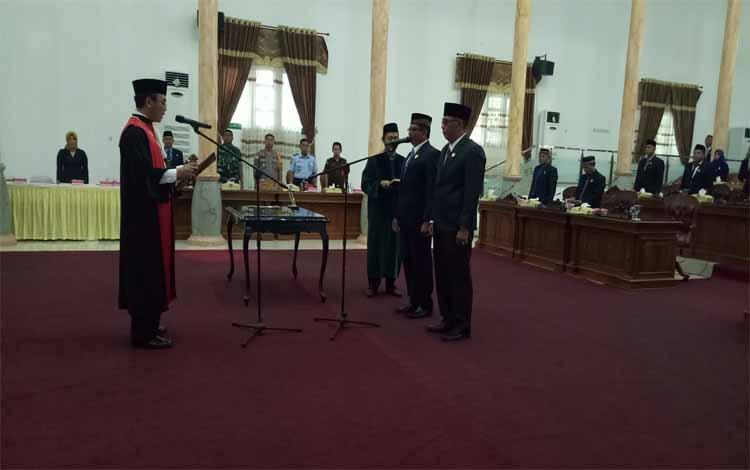 Ketua Pengadilan Negeri Pangkalan Bun  melakukan pengambilan sampah janji wakil ketua DPRD Sukamara