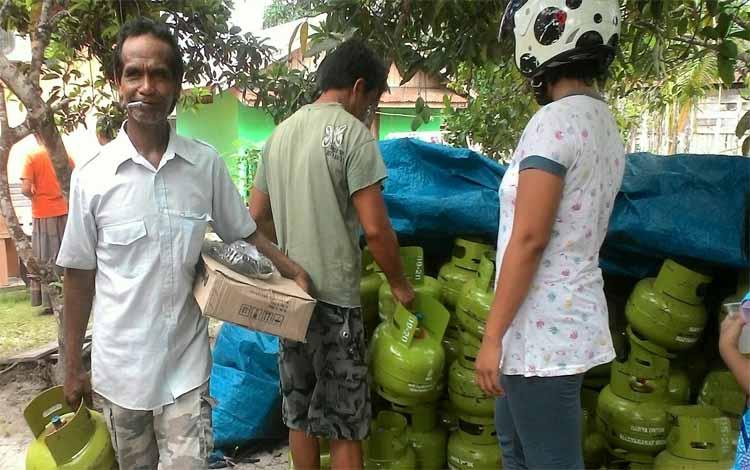 Warga Sukamara saat mengabil bantuan tabung gas LPG 3 Kg