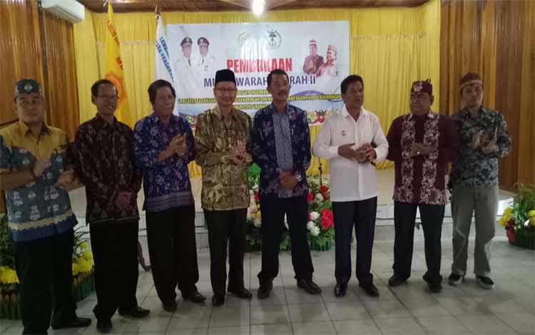 Wakil Bupati Sukamara, Ahmadi memukul gendang tanda dibukanya Musda II LPT-UKUK