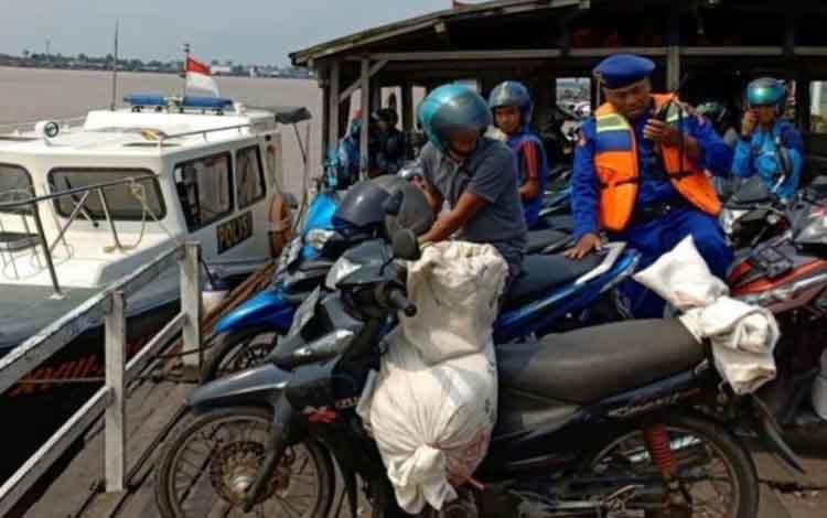 Anggota Sat Pol Air Polres Kapuas saat meninjau angkutan Fery penyeberangan di Kuala Kapuas.