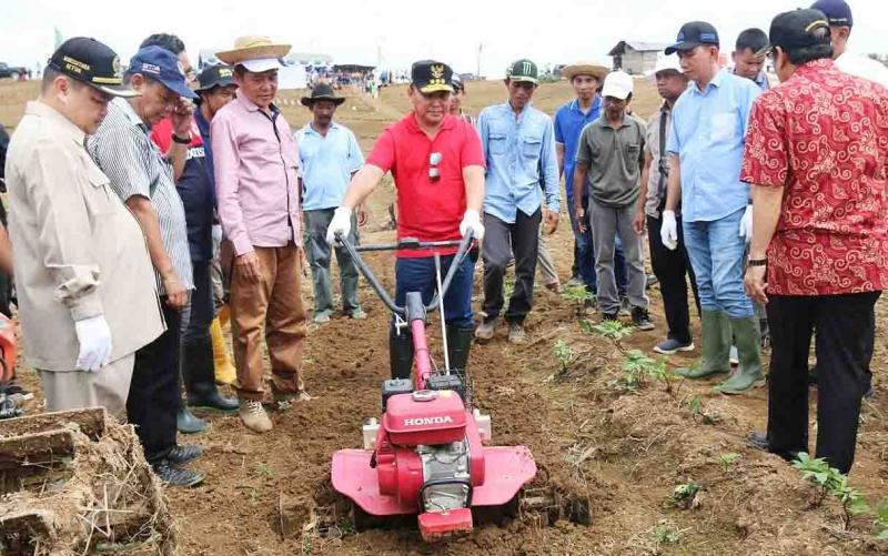 Gubernur Kalteng, Sugianto Sabran menggunakan peralatan pertanian di Barito Utara.