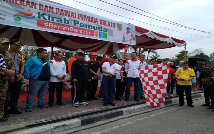 Asisten III Setdaprov Kalteng, Nurul Edy membuka Pawai Kreatif Pemuda, Minggu (21/10/2018)
