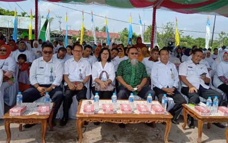 Plt  Kepala Perwakilan Badan Kependudukan dan Keluarga Berencana Nasional  Provinsi (Kalteng) Satyawati Kusumawijaya (pakai kacamata)