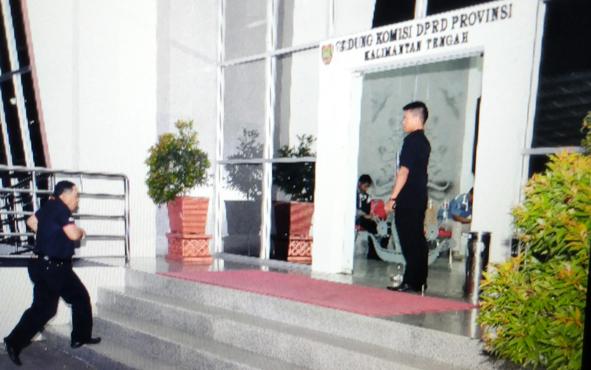Anggota Komisi B Lodewik C Iban datang ke kantor DPRD Kalteng saat petugas KPK sedang melakukan penggeledahan, Senin (29/10/2018).