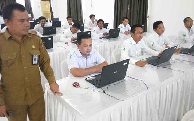 Sekretaris Tim Pelaksana Pengadaan CPNS Kanwil Kemenag Kalteng, Ediyanto mengecek peserta sebelum dimulainya ujian CAT, Senin (5/11/2018)