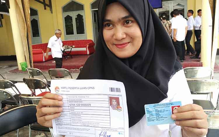 Anisa, satu-satunya peserta yang lulus tes kompetensi dasar (TKD) pada sesi pertama saat menunjukkan kartu peserta dan KTP.