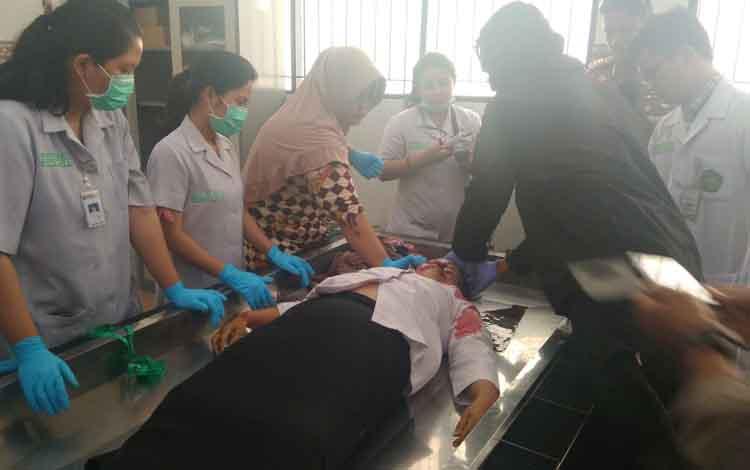 Tim Dokter Forensik RSUD Doris Sylvanus, melakukan Visum terhadap jenazah Ainun.