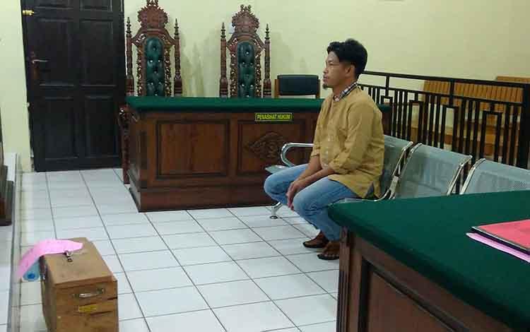 Terdakwa Madi saat menjalani sidang di Pengadilan Negeri Palangka Raya.