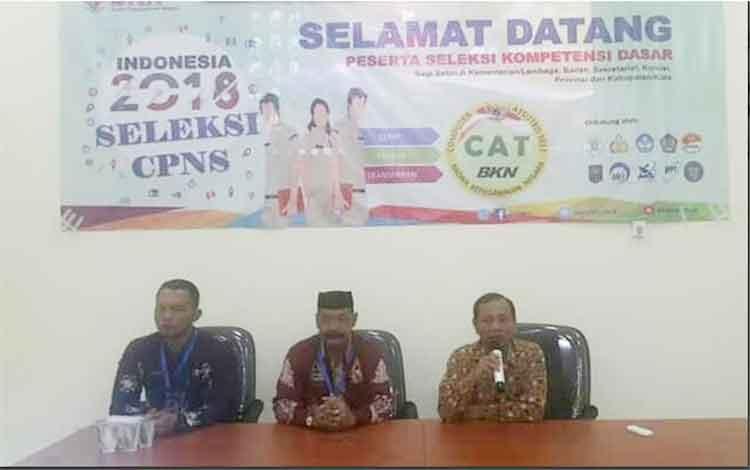 BKD Sukamara saat akan memberikan arahan kepada peserta SKD CPNS Kabupaten Sukamara.