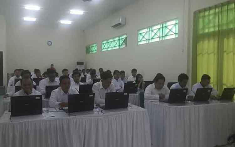 BKD Sukamara saat akan memberikan arahan kepada peserta SKD CPNS