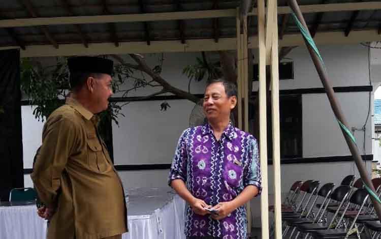 Plt BKD Sukamara, Ahmad Zunani saat memantau lokasi SKD CPNS.