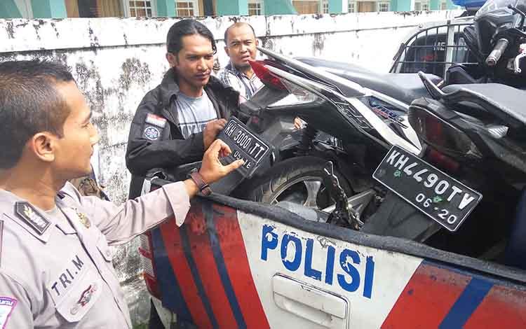 Aparat kepolisian mengamankan dua unit kendaraan yang terlibat kecelakaan lalu lintas di Palangka Raya beberapa hari lalu