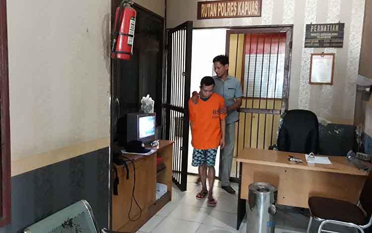 Tersangka dari ruang tahanan Polres Kapias saat hendak melakukan reka ulang, Rabu (14/11/2018)