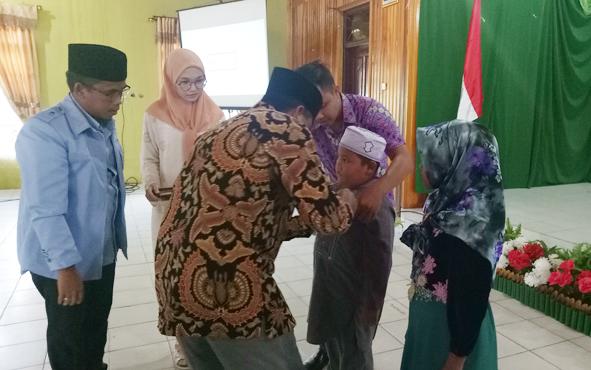 Wakil Bupati Sukamara Ahmadi memasang pita secara simbolis kepada peserta lomba vokal solo dan lagu islami tingkat TKA, TPA, dan TQA, Kamis (15/11/2018).