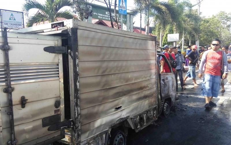 Mobil boks terbakar di Jalan RTA Milono.