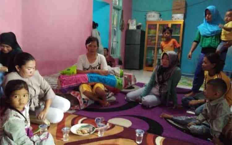 Silvia (35 tahun) (baju t-shirt putih) korban tabrakan kelotok, ibu dari korban Muhammad Raihan (18 bulan) yang hingga hari kedua pencarian belum diketahui keberadaannya
