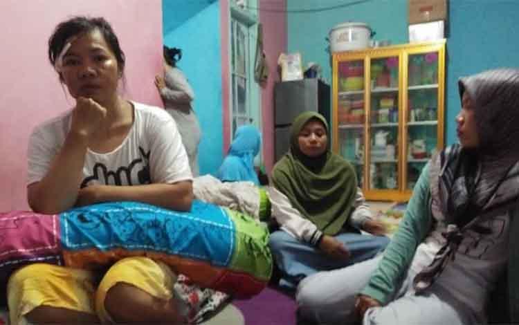 Silvia (kaos putih) korban kecelakaan kelotok yang terjadi di Tanjung Api Api DAS Kumai. Anak Silvia yang masih berusia 18 bulan hingga kini belum ditemukan.