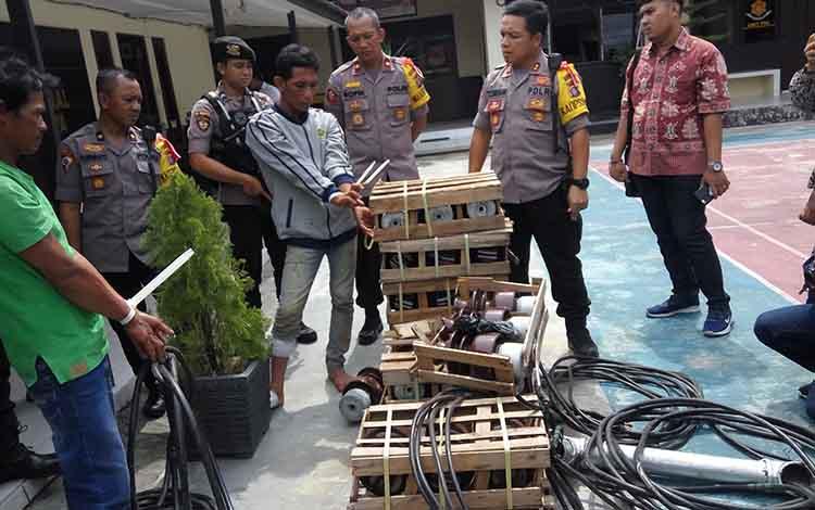 Kapolres Palangka Raya AKBP Timbul Rein Krisman Siregar bersama anggotanya menunjukan barang bukti hasil curian disaksikan pelaku, IF dan Ja, Kamis (22/11/2018).