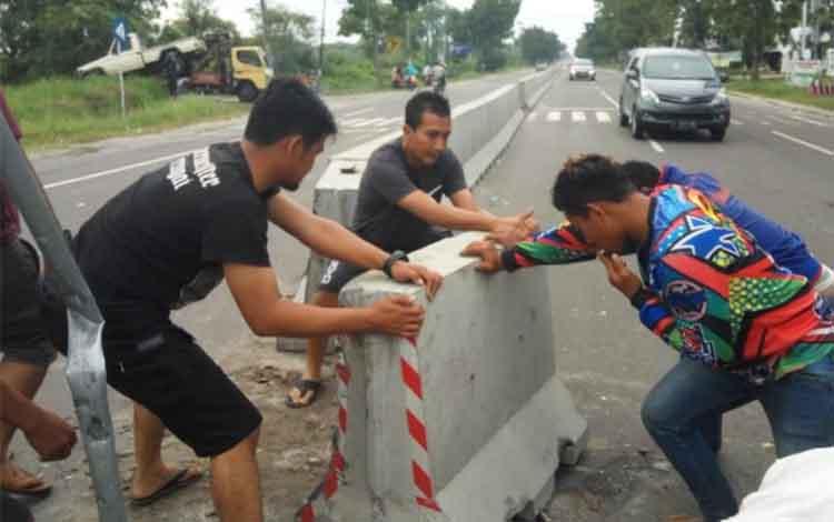 Polisi dibantu masyarakat memperbaiki barrier beberapa bulan lalu. Sementara itu, Minggu (2/12/2018) malam, dua unit mobil menabrak pembatas jalan di Jalan Tjilik Riwut, Km 5, Kota Palangka Raya.
