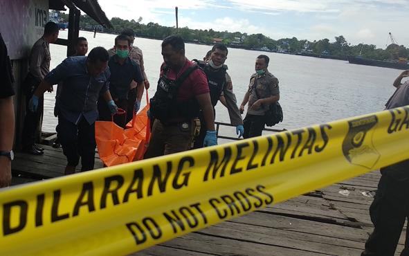 Anggota Polres Kotim mengevakuasi mayat yang ditemukan di Sungai Mentaya, beberapa waktu lalu.