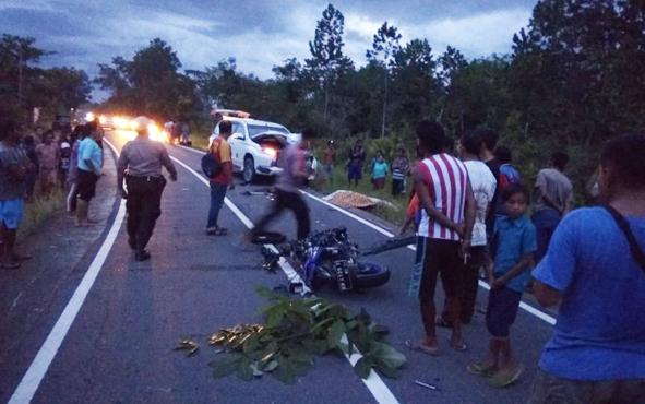 Suasana di lokasi kejadian seusai kecelakaan maut di jalan lintas Palangka Raya-Buntok tepat di Desa Lungkuh Layang, Kecamatan Timpah, Kabupaten Kapuas Sabtu (1/12/2018) sekitar pukul 17.00 WIB.