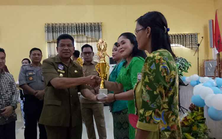 Wakil Bupati Sukaara, H Ahmadinsaat menyerahkan hadiah kepada pemenang lomba.
