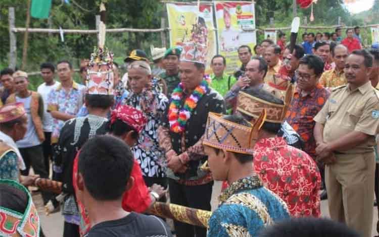 Tampak Bupati Lamandau H Hendra Lesmana saat mengikuti prosesi adat Nota Garung Pantan, di Desa Benakitan, kecamatan Batangkawa, Senin (3/12/2018)