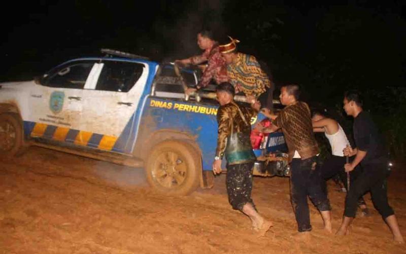 Rombongan Bupati Lamandau saat terjebak di jalan berlumpur usai Safari Natal di Desa Kinipan.