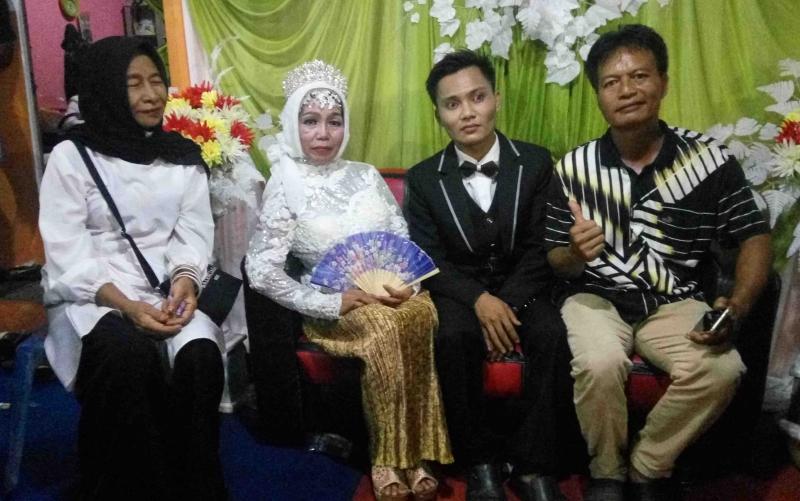 Pernikahan pemuda 24 tahun dan nenek 10 cucu.