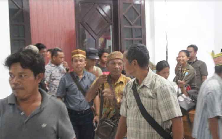 Tampak masyarakat desa kinipan usai mengikuti RDP klaim lahan peruaahaan di Aula Setda, Rabu (5/12/2018)