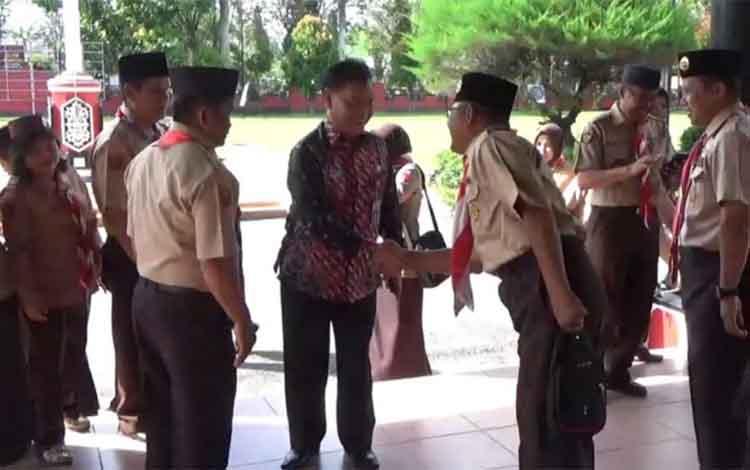 Sekda Kotim Halikinnor saat bersalaman dengan kontingen Kwarcab Gerakan Pramuka Kotim yang akan berangkat ke Brunei Darussalam, Jumat (7/12/2018).