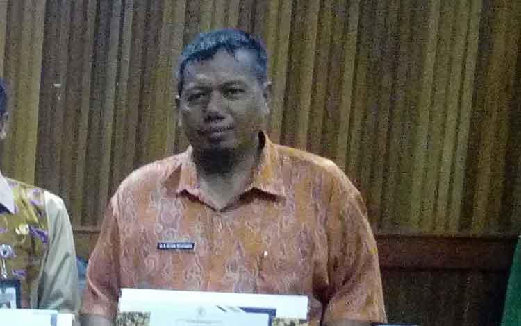 Direktur RSUD Kuala Pembuang Reson Rusdianto memegang Piagam Penghargaan dari Kemenpan.