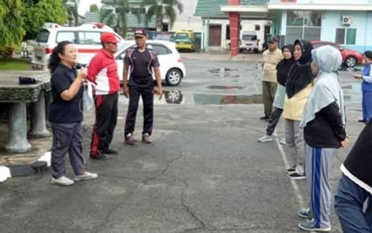 Suasana penyuluhan terhadap lansia di halaman parkir RSUD dr H Soemarno Sosroatmodjo