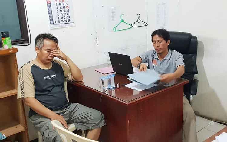 Tersangka AR yang diamankan bersama barang bukti oleh jajaran satresnarkoba Polres Barito Utara