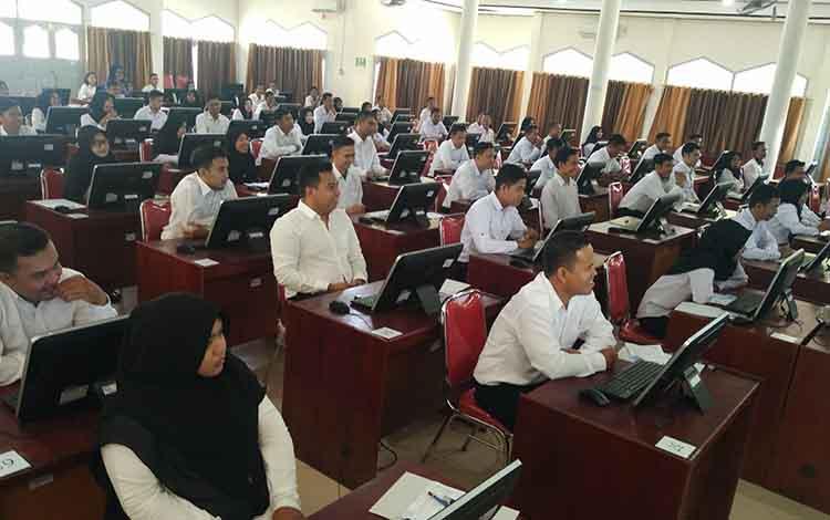 Puluhan peserta tes CPNS saat akan melaksanakan seleksi kompetensi bidang (SKB)
