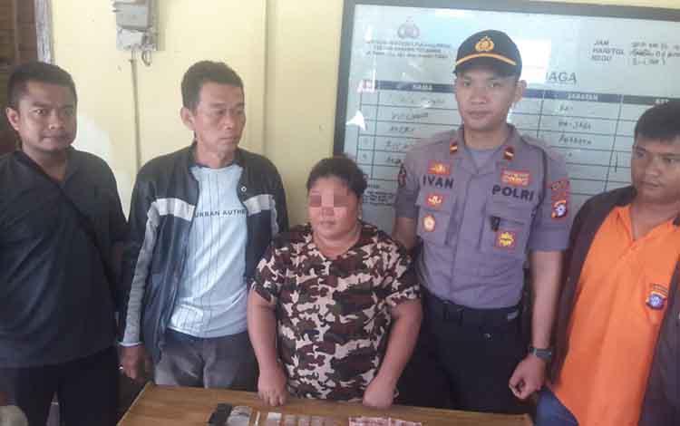 Pelaku pemilik sabu saat diamankan di Polsek Banama Tingang.